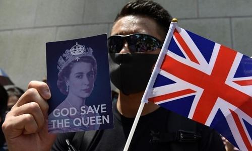 Một người tham gia cuộc biểu tình bên ngoài Lãnh sự quán Anh ở Hong Kong ngày 15/9. Ảnh: AFP.
