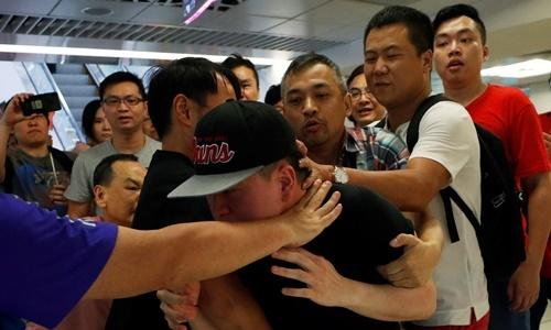 Nhóm phản đối và ủng hộ chính quyền xô xát tại trung tâm thương mại Amoy Plaza, Hong Kong, ngày 14/9. Ảnh: Reuters.