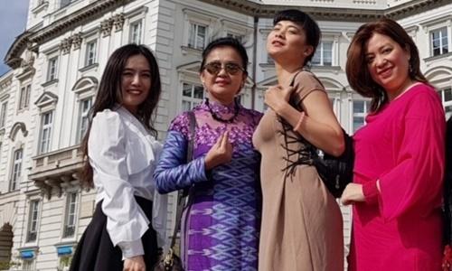 Nhóm thí sinh từ Pháp, Hungary, Hà Lan, Thái Lan ở khu vực Dinh Tổng thống Ba Lan. Ảnh: Lê Việt.