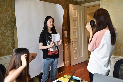 Học viên Blanca Fan chụp ảnh chân dung tại Elite Scholars China. Ảnh: AFP.