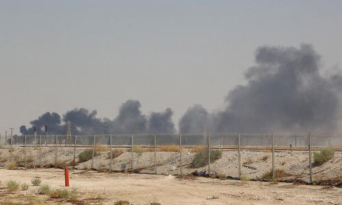 Cột khói bốc lên sau vụ tấn công nhà máy của Aramco hôm 14/9. Ảnh: AFP.
