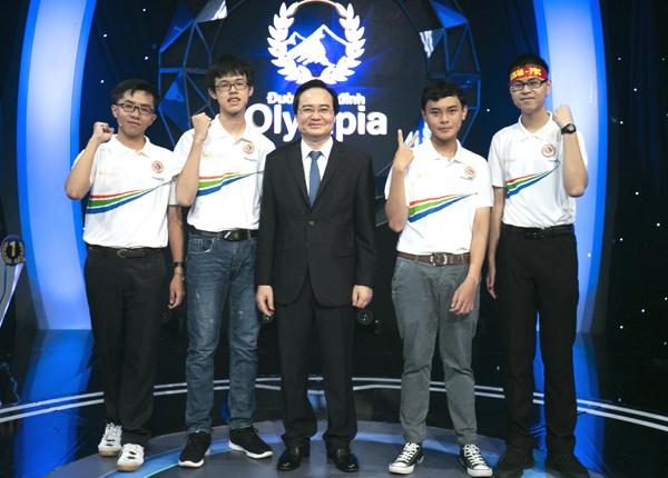 Bộ trưởng Giáo dục và Đào tạo Phùng Xuân Nhạ chụp ảnh cùng bốn thí sinh trước trận thi đấu. Ảnh: Đình Tùng