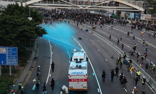 Xe vòi rồng xịt nước màu vào đám đông người biểu tình chiều 15/9. Ảnh:Reuters.