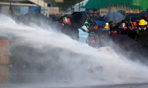 Vòi rồng xịt vào đám đông người biểu tình Hong Kong chiều15/9. Ảnh: Reuters.