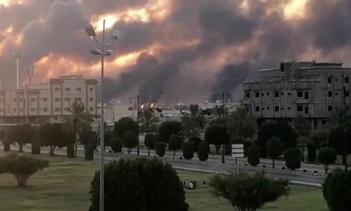 Khói bốc lên từ nhà máy của Aramco ở Abqaiq sau vụ tấn công bằng máy bay không người lái ngày 14/9. Ảnh: Reuters.