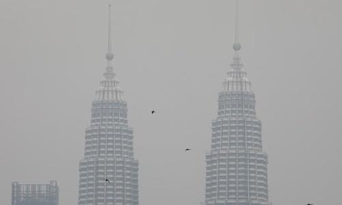 Tòa thám đôi Petronas ở thủ đô Kuala Lumpur, Malaysia, bị khói mù bao phủ, ngày 9/9. Ảnh: Reuters.