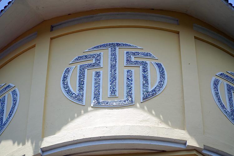 Trên bầu đài có 8 hình tròn được đắp nổi bằng mảnh sành cách điệu 4 chữ U.E.P.T. Ảnh: Việt Quốc.