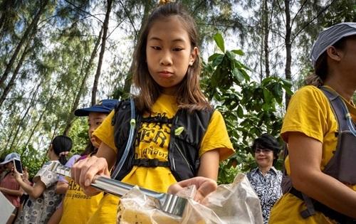 Lilly tham gia buổi don dẹp của tổ chức môi trường có tên Trash Hero. Ảnh: AFP.