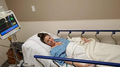 Jenna Evans sau ca mổ nội soi để lấy chiếc nhẫn đính hôn ra khỏi ruột. Ảnh: Facebook/Jenna Evans.