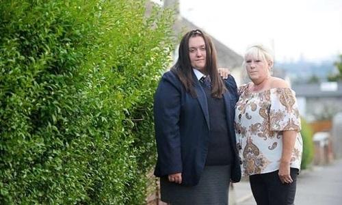 Kada Jones (trái) và mẹ Carleen Jones. Ảnh: Solent News.