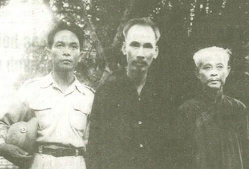 Chủ tịch Hồ Chí Minh, Đại tướng Võ Nguyên Giáp và Trưởng Ban Thường trực Quốc hội Bùi Bằng Đoàn (ngoài cùng bên phải) năm1948 ở ATK Định Hóa, Thái Nguyên. Ảnh tư liệu.
