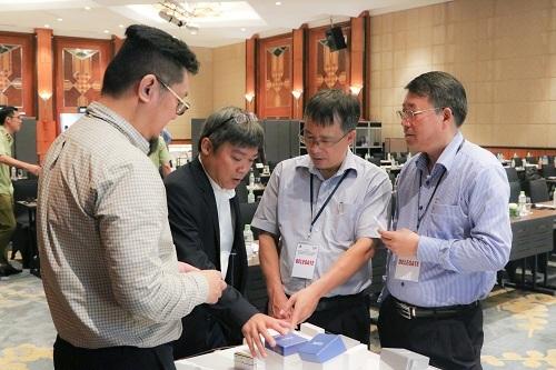Ông Nguyễn Hữu Anh Luân, Giám đốc đối ngoại PMI giới thiệu về các sản phẩm thuốc lá thế hệ mới tại sự kiện.