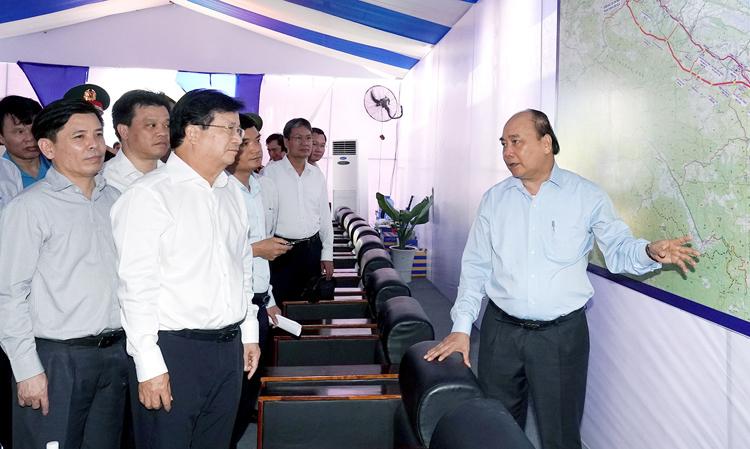 Thủ tướng Nguyễn Xuân Phúc (bìa phải) tại lễ khởi công. Ảnh: VGP