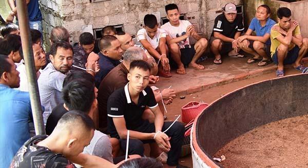 Những người bị bắt quả tang đánh bạc tại sới gà của ông Hào. Ảnh: Lam Sơn.