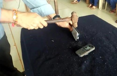 ÔngRM Bhat đập vỡ một số điện thoại. Ảnh:India Today.