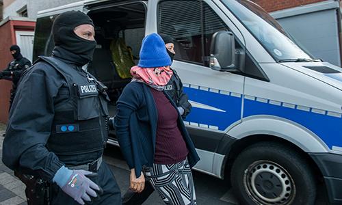 Cảnh sát Đức áp giải một phụ nữ trong chiến dịch truy quét buôn người ở các nhà thổ và chung cư vào tháng 4/2018. Ảnh: Federal Police Germany)
