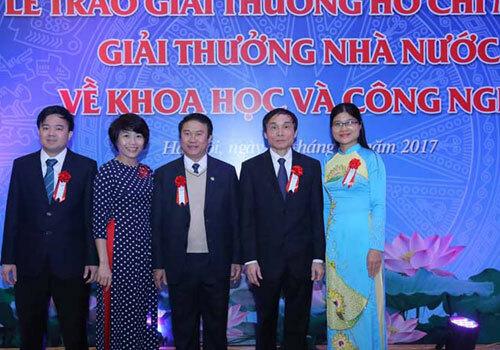 Nhóm tác giả nhận Giải thưởng Hồ Chí Minh năm 2017 cho cụm công trình nghiên cứu ứng dụng kỹ thuật hiện đại về bức xạ ion hóa trong chẩn đoán, điều trị ung thư và một số bệnh lý khác. Ảnh: Loan Lê.