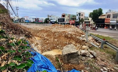 Đơn vị thi công đào mương để ngầm hóa hệ thống đường điện phục vụ việc tạc phù điêu. Ảnh: Phạm Linh.