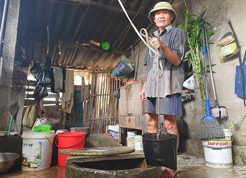 Gia đình hôm Tam phải mở lại giếng khơi bị nhiễm phèn để sử dụng suốt bốn hôm nay. Ảnh: Đức Hùng