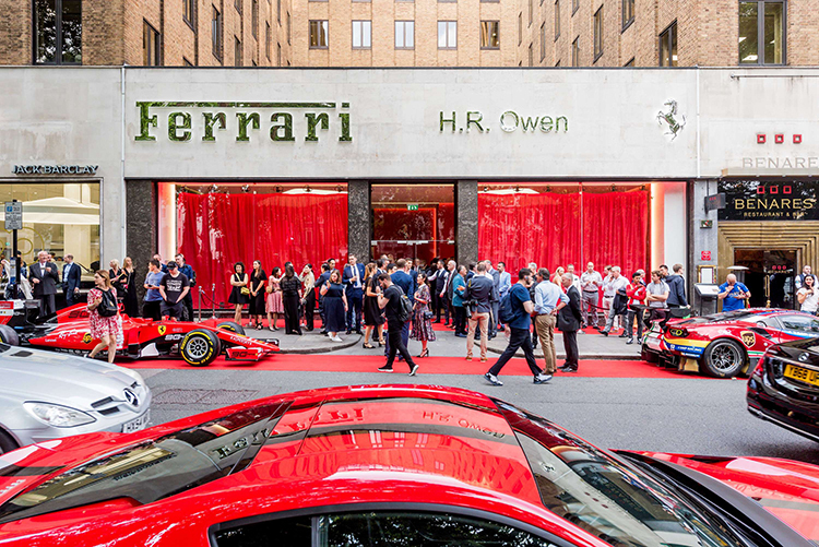 Showroom Ferrari của HR Owen ở quảng trường Berkeley, London, Anh.