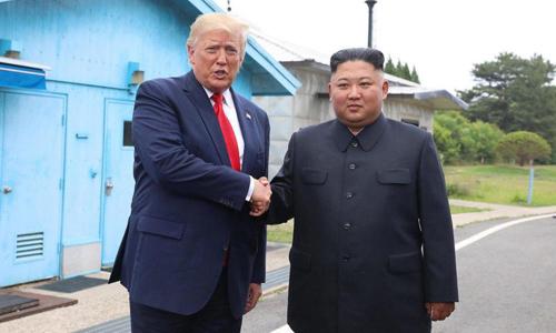 Tổng thống Mỹ Donald Trump (trái) gặp lãnh đạo Triều Tiên Kim Jong-un tại Khu Phi quân sự (DMZ) ngăn cách Hàn - Triều hôm 30/6. Ảnh: AFP.
