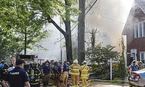 Cảnh sát và lực lượng cứu hộ tại hiện trường ngôi nhà phát nổ ở thị trấn  Edgewood, bang Pennsylvania, hôm 14/9. Ảnh: AP.