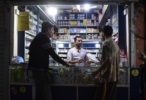 Một người đàn ông Pakistan đi mua băng vệ sinh ở Karachi hôm 9/1. Ảnh: AFP.