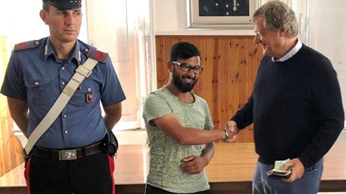 Mossan Rasal (giữa) trả lại chiếc ví cho chủ nhân của nó (phải) tại đồn cảnh sát Rome. Ảnh: Italian Canabinieri