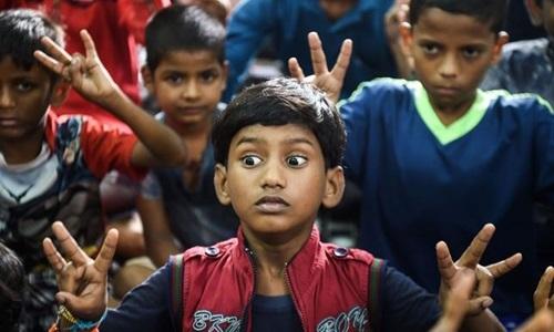 Các học viên nhí trong lớp học diễn xuất của Baburao Ladsaheb. Ảnh: AFP.