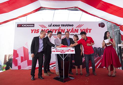 Đại diện Yokohama và YIS Nguyễn Văn Việt cùng làm nghi thức khai trương cửa hàng