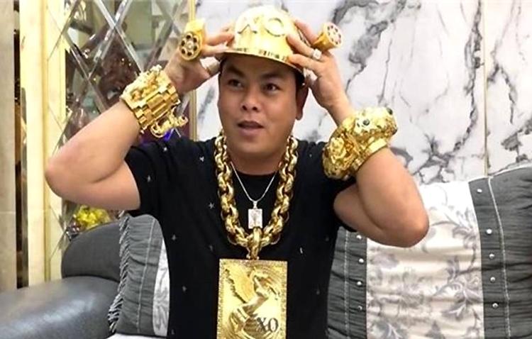 Phúc XO khoe mũ vàng 9999 vài ngày trước khi bị bắt.