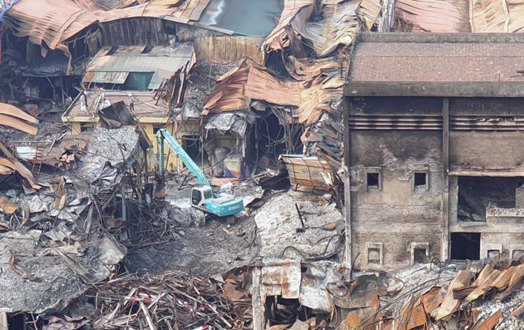 Ngày 16/9, các đơn vị liên quan tiếp tục dọn dẹp hiện trường vụ cháy kho nhà máy Rạng Đông. Ảnh: Ngọc Tiệp.
