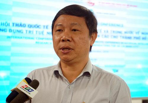 Ông Dương Anh Đức trả lời báo chí bên lề buổi họp báo. Ảnh: Mạnh Tùng.
