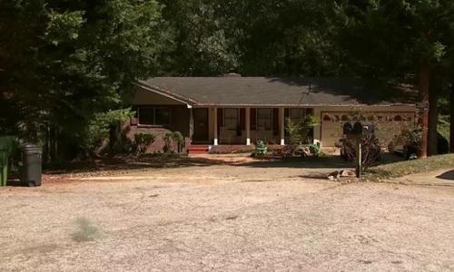 Ngôi nhà ở hạt  Rockdale, bang Georgia, Mỹ, nơi xảy ra vụ đấu súng giữa nhóm cướp và chủ nhà sáng 16/9. Ảnh: CNN.