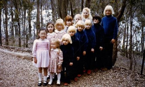 Những đứa trẻ được nuôi dạy trong giáo phái Gia đình những năm 1970. Ảnh: BBC.