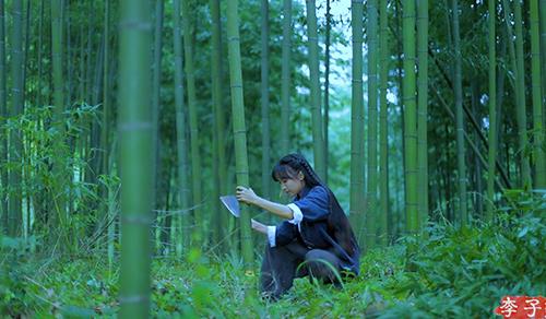 Li Ziqi trong video vào rừng chặt tre. Ảnh: YouTube/Li Ziqi