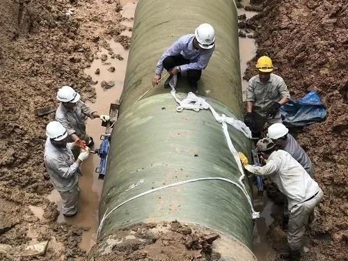 Công nhân khắc phục sự cố rò rỉ đường ống nước sông Đà. Ảnh: Gia Chính.