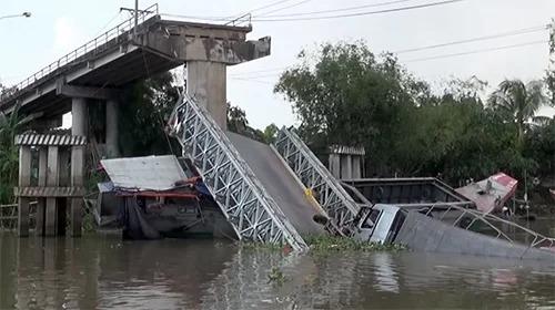 Hiện trường vụ sập cầu Tân Nghĩa hôm 31/5. Ảnh: Thanh Phong.