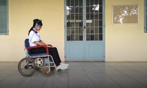 Sinh viên chế tạo xe lăn điều khiển bằng đầu
