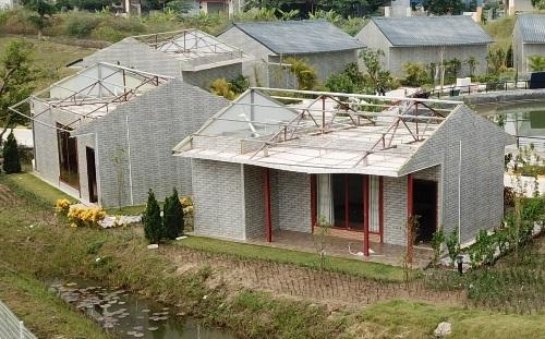 Sau 5 ngày chủ tịch UBND thành phố Hải Phòng kiểm tra, phát hiện và yêu cầu công ty Thâm Việt khẩn trương phá dỡ toàn bộ các công trình xây dựng trái phép, xong đến nay mới chỉ có vài ngôi nhà được tháo dỡ phần mái. Ảnh: Giang Chinh