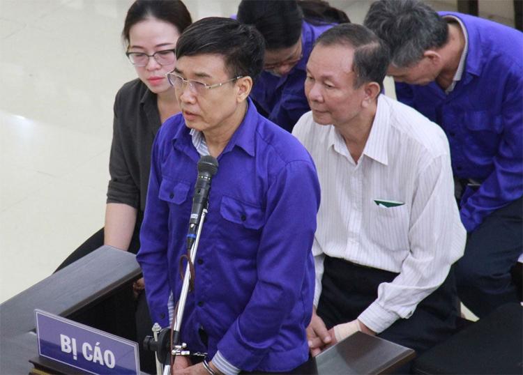 Ông Hồngbị còng tay khi trả lời HĐXX vào đầu phiên xét xử. Ảnh: Việt Dũng