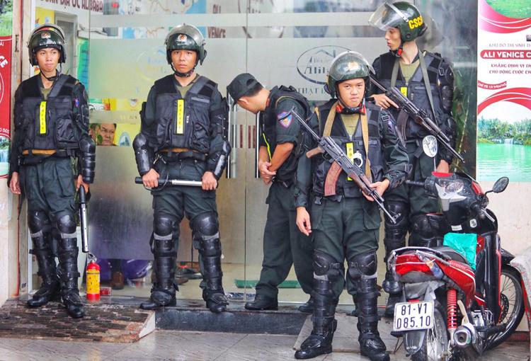 Cảnh sát trước trụ sở Công ty Alibaba tại quận Bình Thạnh. Ảnh: Thành Nguyễn.