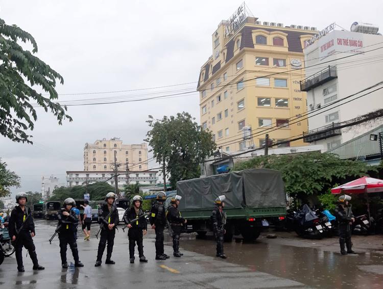 Cảnh sát bao vây, phong tỏa xung quanh trụ sở Công ty cổ phần địa ốc Alibaba tại quận Thủ Đức. Ảnh: Quỳnh Trần.