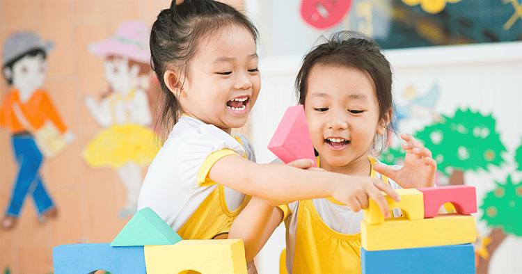 Chia sẻ và hợp tác là hai kỹ năng xã hội quan trọng đối với trẻ. Ảnh: sleeping should beeasy