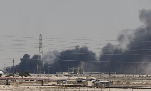 Khói bốc lên tại nhà máy lọc dầu ở thành phố Abqaiq của Arab Saudi sau vụ tấn công ngày 14/9. Ảnh:ABC News.