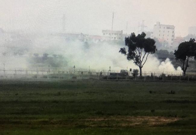 Người dân đốt rơm gây khói ngày 16/8. Ảnh: Anh Duy.