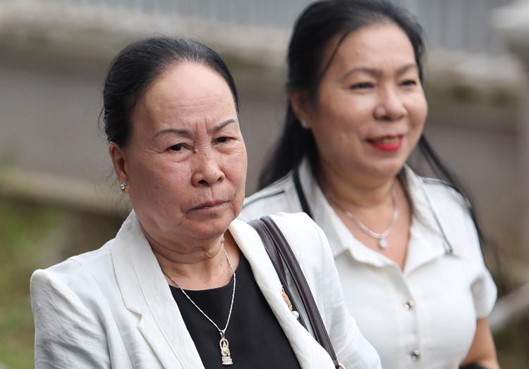 Bà Lê Thị Ước (trái, mẹ ông Vũ) đến tòa khá sớm. Ảnh: Thành Nguyễn.