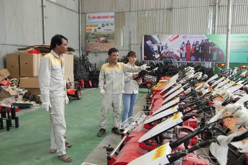 Anh Tạ Đình Huy (giữa) bên những sản phẩm của mình.