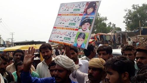 Người dân biểu tình trước đồn cảnh sát ở huyện Kasur, tỉnh Punjab, Pakistan hôm 18/9. Ảnh: BBC