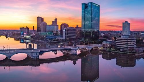 Trung tâm thành phố Toledo cách trường 30 phút lái xe, là một thành phố trẻ với sự góp mặt của rất nhiều công ty, tập đoàn lớn.